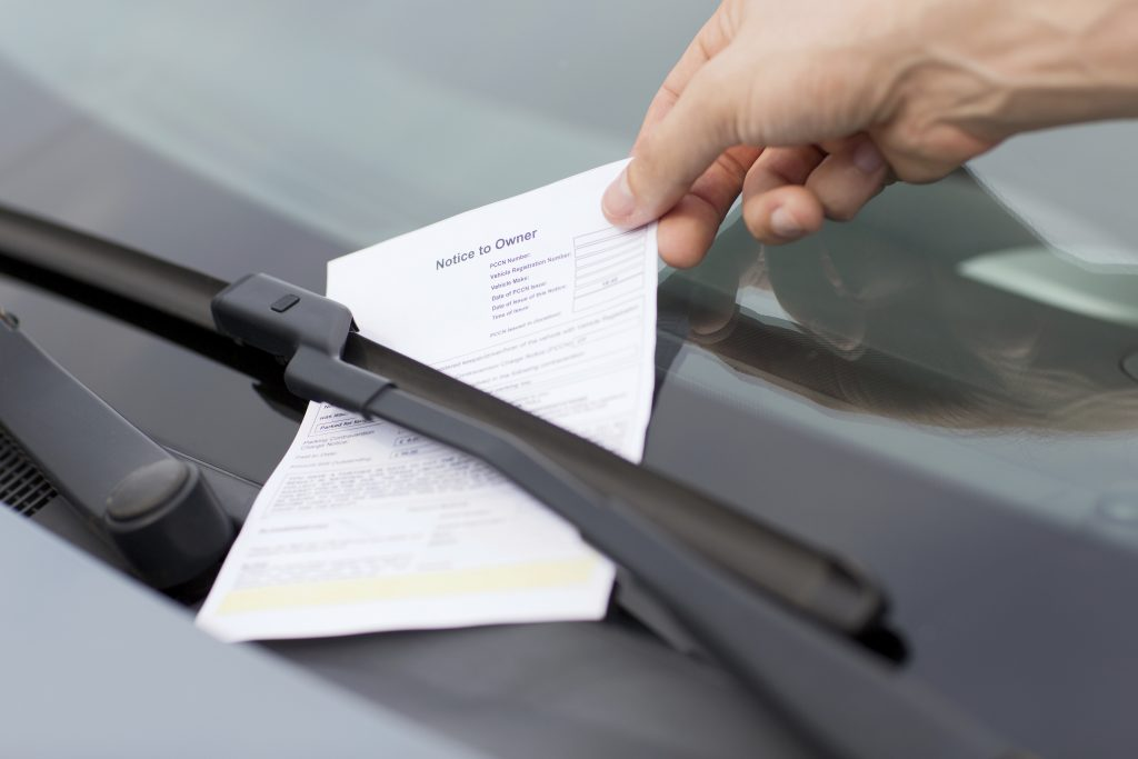 recogiendo multa en coche